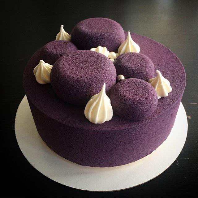 Это был торт в подарок свекрови... Цвет и декор на мой извращённый вкус.  Внутри начинка из клубники, лимонный мусс и Мадлен с лимонной пропиткой.