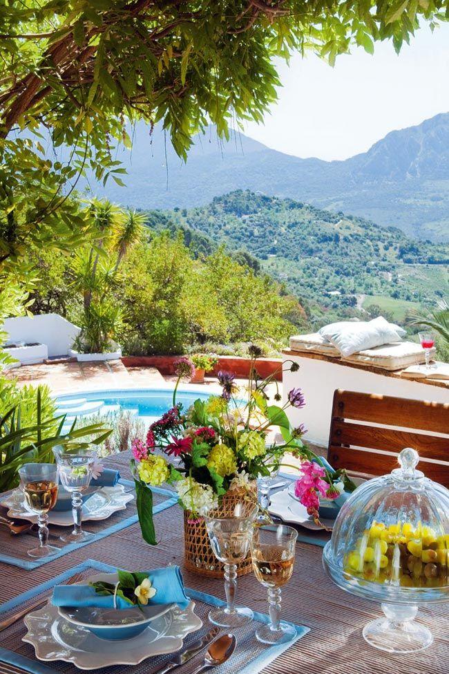 Прекрасный вид из уютной террасы в Испании