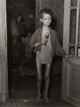 Un niño demacrado durante la hambruna holandesa, los Países Bajos, la Segunda Guerra Mundial, alrededor de 1944.