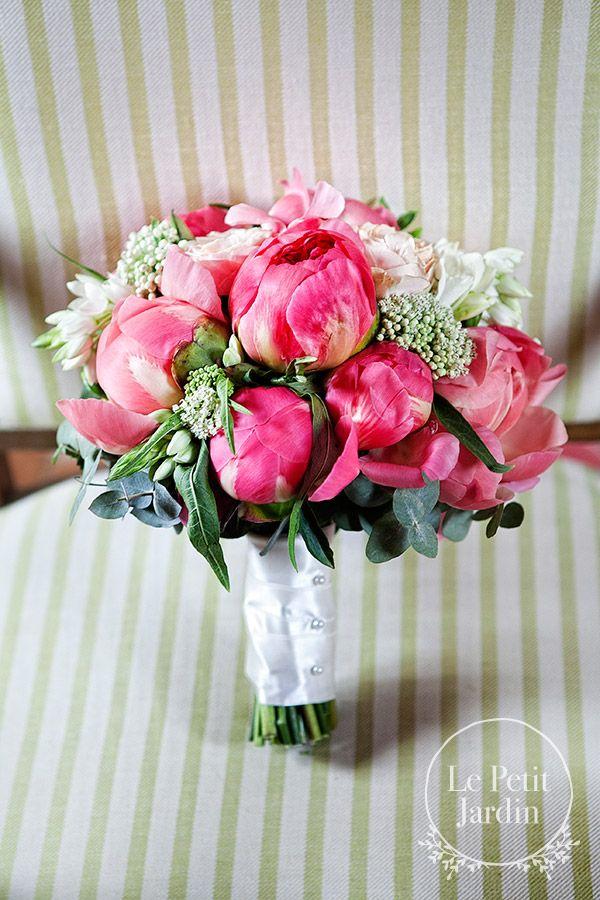Romantico bouquet, con peonie color corallo e rose Sweet Avalance.