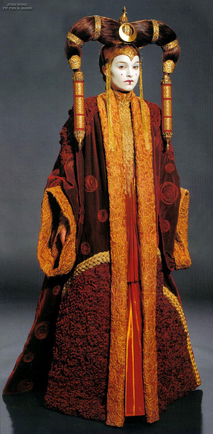« Star Wars Episode 1″, Padmé Amidala, costume royal, discour au Sénat galactique, apparté avec Anakin  Costume Design : Trisha Biggar, Iain McCaig