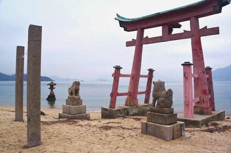 【広島県 おすすめ観光地:生口島・岩子島03/岩子島・厳島神社】境内には白い砂浜が広がり、神社正面の海岸まで続いています。宮島と同じく朱塗りの鳥居が海に向けて立ち、潮が満ちると鳥居が海に浮かびます。また、本殿の軒下には忠臣蔵の赤穂浪士47士の描かれた絵が飾られています。旧暦6月17日の夜には、向島町指定文化財の「管絃祭」が執り行われ、御座船の提灯がゆらめき、幽玄な雅楽の調べが響く、幻想的な平安絵巻が繰り広げらます。映画「男たちの大和/YAMATO」のロケ地にもなりました。  《所在地》広島県尾道市向島町岩子島 https://www.google.co.jp/maps/@34.377256,133.156912 《関連サイト》 http://www.ononavi.jp/sightseeing/temple/detail.html?detail_id=338  #shimanowa2014 #Ikuchijima #Iwashijima