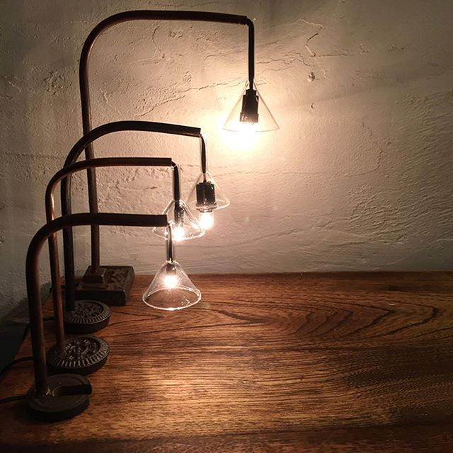 【「第12回東京蚤の市」照明を楽しもう!】 前回に引き続き、会場内には「ランプマーケット」が現れます。4組の素敵な照明を扱うお店がこれからの季節にもぴったりの照明器具をご用意。ランプマーケット以外でも、アンティークものを含めた照明器具が散在しているので、ぜひ探してみてくださいね。 *写真は「暮らしと道具 ユーカリ」のちょこっとライト ▶︎詳細はプロフィールのリンクから「第12回東京蚤の市」公式サイト「出店者一覧」へ #tokyonominoichi#東京蚤の市#京王閣#手紙社#手紙舎#vintage#antique#アンティーク#ブロカント#東京北欧市#東京豆皿市#ランプマーケット#照明#ちょこっとライト#暮らしと道具ユーカリ#岐阜#lamp