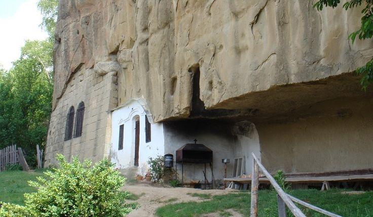 Corbii de Piatră - un schit rupestru unic în România, lăsat pradă distrugerii
