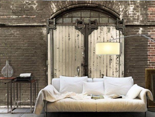 Wielkie, stare drzwi, sprawiają wrażenie prawdziwych. Aż chce się je otworzyć!  #fototapety #fototapeta #retro #cegła #drzwi #artgeist