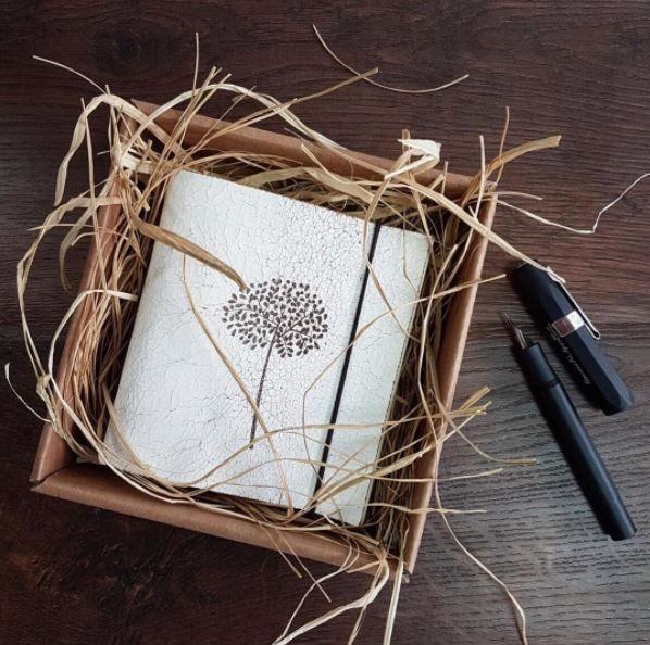 El Yapımı Özel Tasarım Ağaç Desenli Deri Defter🕯✍🏻 49,00 ₺ (kdv dahil) Ebat: 10,5 x 11,5 cm Orta Boy Kapak Özeliği: Hakiki Eskitme Beyaz Deri İç Sayfa Özeliği: 76 Yaprak (152 Sayfa) 90 Gr Lüks Krem Çizgisiz Kitap Kağıdı Paketleme: Özel Hediye Kutulu Hazırlama Süresi: 2 İş Günü ............... #defter #deri #notdefteri #white #yellow #günlük #kisiyeozelhediye #deftertasarımı #deridefter #elyapımıdefter #kırtasiye #ofis #office #beautiful #notebook #skin #daily #dailyart #paper #write…