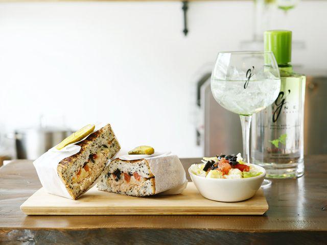 キング・ジョージ(代官山) 「ツナメルト」¥1,200は、レタスを挟まずにサラダが別添になるスタイル。黒ごまパンにたっぷりのツナとマイルドチーズ。おすすめのジン「ジヴァイン」は1杯¥800。