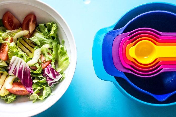 Салат с зеленью, помидорами и цукини-гриль