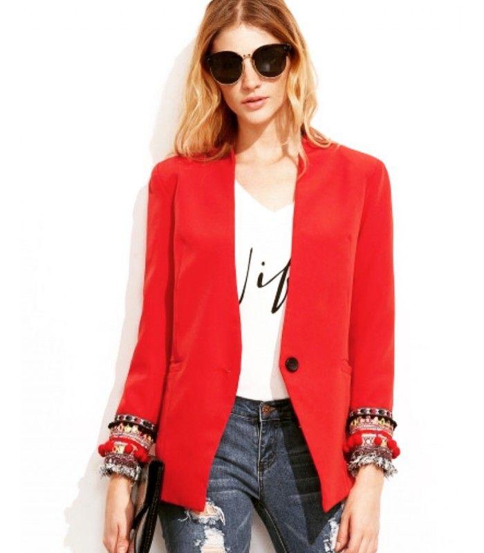 Blazer Rojo flecos y bordados. Una de las mejores combinaciones que puedes crear con un blazer rojo es hacerlo con prendas vaqueras. Conseguirás lucir un look casual, informal y arrasador donde la prenda roja le dará ese toque femenino y sensual.