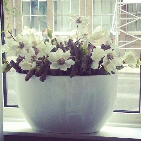 Bloempot opgemaakt met zijde bloemen door intratuin