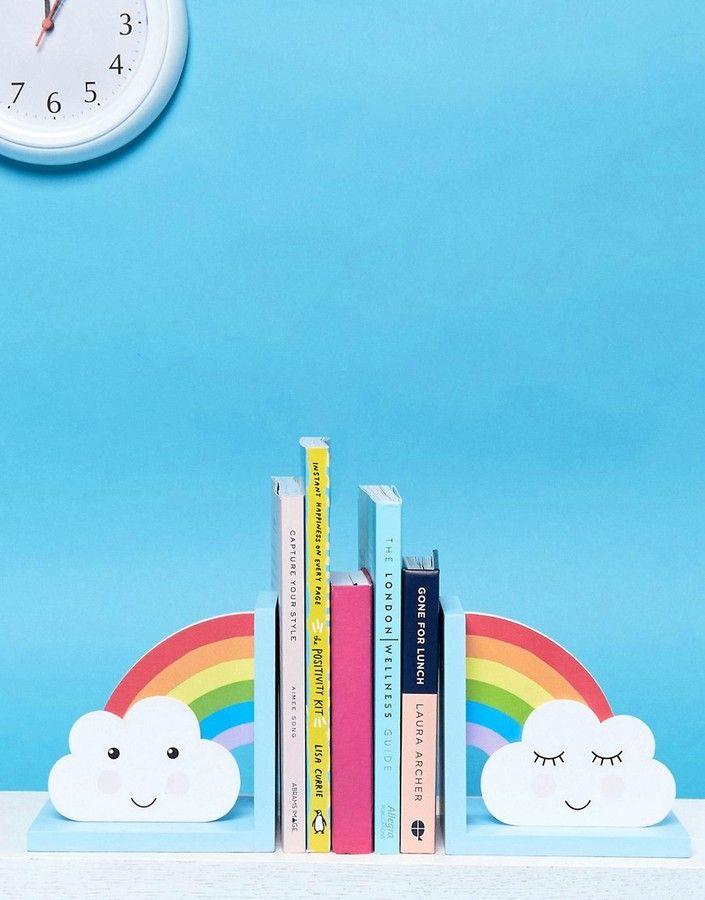 """*Werbung* Sass & Belle – Bücherstützen mit Regenbogendesign Bücherstützen von Sass Belle, bemaltes Holz, dekoratives Regenbogen-Design, hält Büchersammlungen in Ordnung, Nicht waschen, 100% Holz. Das Geschenkartikellabel Sass Belle liebt es, dich mit """"den kleinen Dingen im Leben"""" glücklich zu machen. Zuhause ist man, wo die Beleuchtungen, Tassen, Spardosen und Schreibwaren des Labels zu finden sind. #Geschenke #Buchstütze #Bücher"""