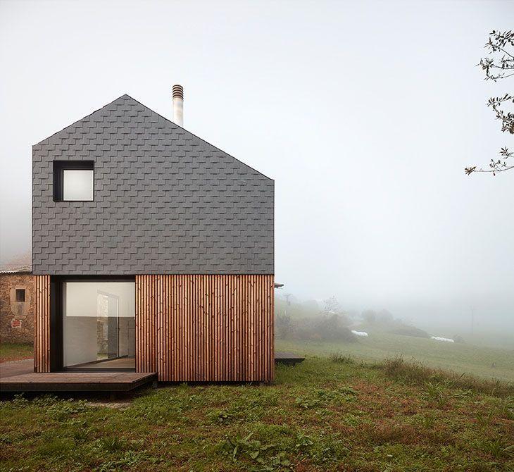 Baragaño Architects tarafından kuzeybatı İspanya'da tasarlanan evde galvanizli çelik, ahşap ve doğal taş kullanımı öne çıkıyor. #contemporaryarchitecture