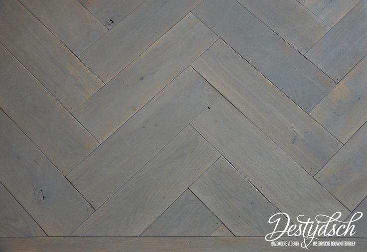 Prachtige eiken houten visgraat vloer met een greywash eroverheen.