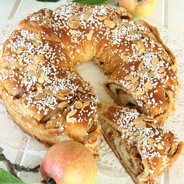 Ljuvligt god vetekrans fylld med rivna äpplen, kanel och socker.