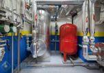 Esta instalación, en la calle Allariz Nº 21 en Madrid, da servicio a 120 viviendas. En ella, se llevó a cabo una renovación de las instalaciones de calefacción y agua caliente sanitaria, sustituyendo: calderas de gasóleo existente por calderas de condensación de gas de alto rendimiento. Además se cambiaron los depósitos de agua caliente sanitaria, las bombas de calefacción y agua, y se llevó a cabo una modernización del sistema de control (regulación).