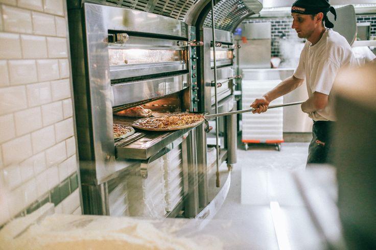 Pizzaiolo at work - L'Osteria Dresden | Pizza E Pasta