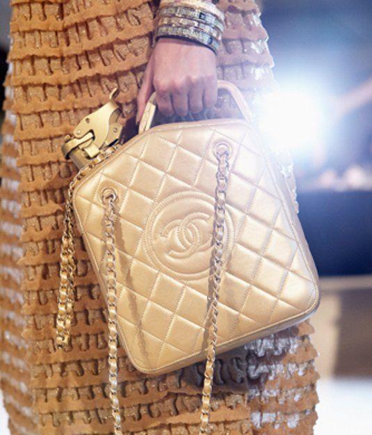 Ambientazione mediorientale per la sfilata della Collezione Cruise 2015 Chanel che si è svolta a Dubai e  #chanel #moda #fashion #karllagerfield #oriente #moda2014