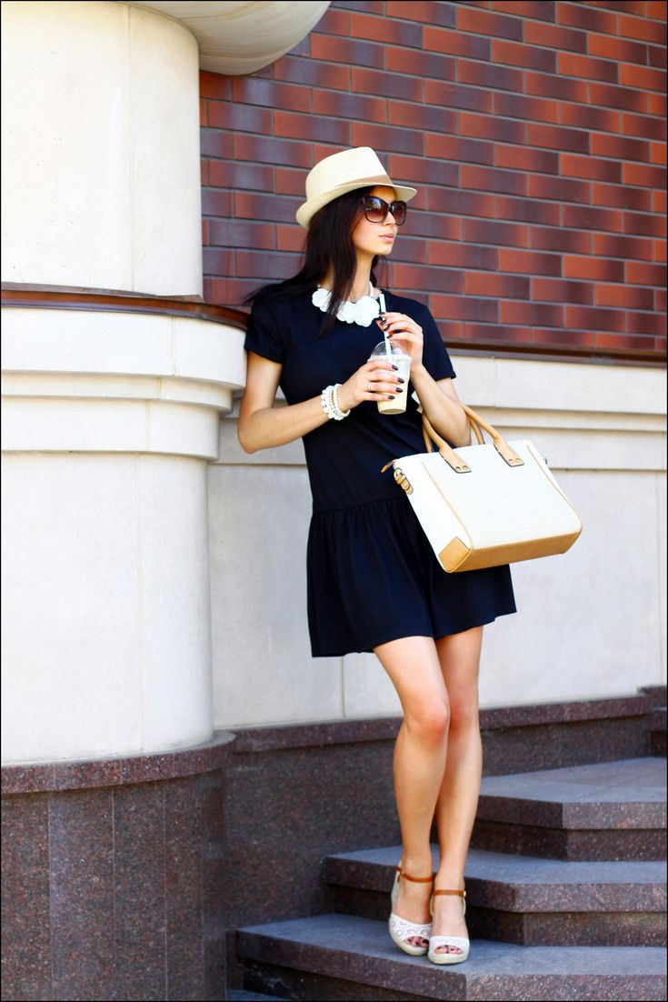 Den Look kaufen: https://lookastic.de/damenmode/wie-kombinieren/gerade-geschnittenes-kleid-keilsandaletten-shopper-tasche-hut-sonnenbrille-halskette-armband/12507 — Hellbeige Strohhut — Dunkelbraune Sonnenbrille — Weiße Halskette — Weißes Armband — Dunkelblaues Gerade Geschnittenes Kleid — Hellbeige Shopper Tasche aus Stroh — Weiße Keilsandaletten aus Häkel