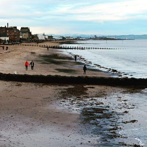 【bluecrystalclear】さんのInstagramをピンしています。 《#winter #sunday #promenade and a #beach in #Portobello #Edinburgh #Scotland #weekend #unitedkingdom #picofday #picoftheday #photoofday #ビーチ #エディンバラ #スコットランド #日曜日 #海 #恋人 #カップル #散歩 #walk》