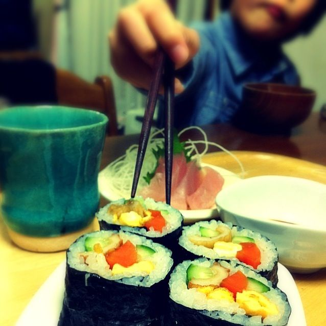 待って〜〜∑(゚Д゚) - 17件のもぐもぐ - 巻き寿司。お刺身。えのきのお吸い物。 by haru2004