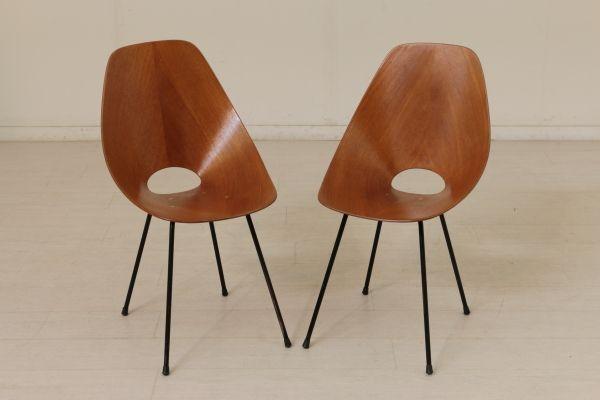 Coppia di sedie Medea;legno multistrato curvato, gambe in metallo. Buone condizioni, presentano piccoli segni di usura.