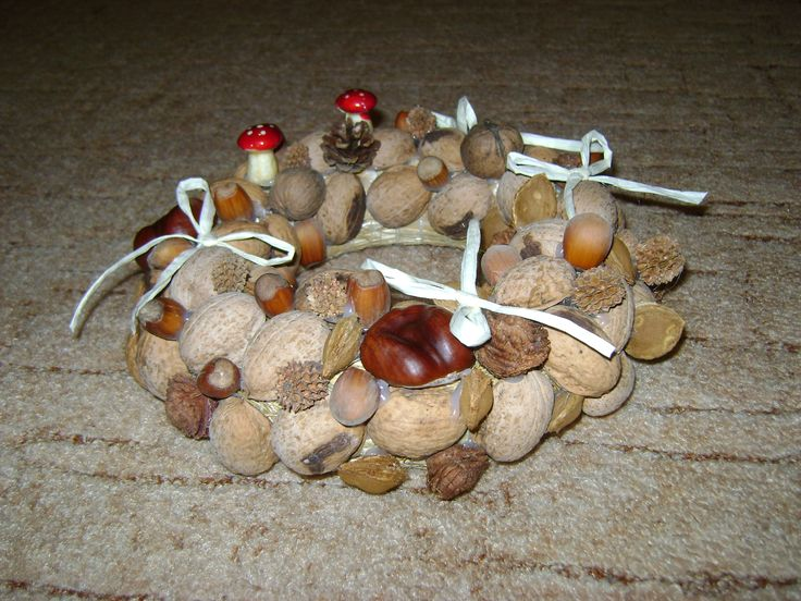 őszi asztali koszorú különféle termésekből, amiket ragasztópisztollyal erősítettem rá a meglévő alaphoz