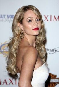 Laura Vandervoort Hairstyle, Makeup, Dresses, Shoes and Perfume
