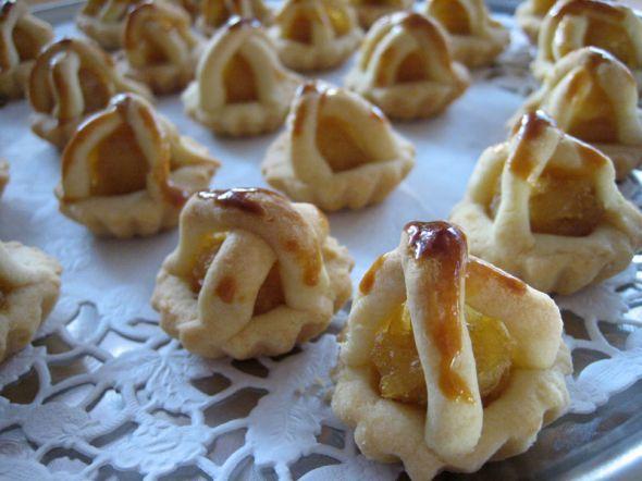 Gerecht printenIn Indonesië worden ananaskoekjes koekjes met alle liefde gegeten. Dit recept is echt de moeite waard! Selamat makan Ingrediënten ( ongeveer 15 koekjes ) 250 gr bloem 150 gr boter 100 gr rietsuiker 3 eieren, waarvan 2 eieren, alleen de eidooier nodig is. Potje ananasjam zout naar smaak koekvormen kwastje Voorbereiding Eerst de boter …