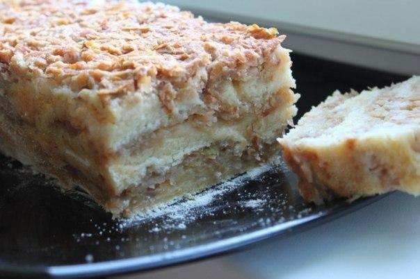 Болгарский яблочный пирог - необычный рецепт по стакану манной крупы, муки, сахара и молока, а также полторы чайных ложки качественного разрыхлителя, лимонный сок и 5 яблок среднего размера.