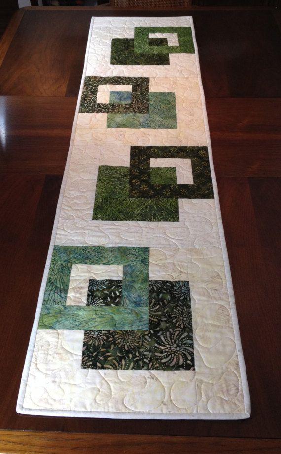 Chemin de Table moderne Batik, fait à la main Tablerunner matelassé vert, vert et crème Table Tenture murale, réversible, courtepointe, décor de salle à manger contemporain ----------------------------------------- Bien que conçu comme un chemin de table au look moderne, cette courtepointe pourrait également être utilisée pour orner votre mur, une commode, table basse, table de canapé, buffet, bureau, lit ou piano dessus. Le jeu de couleurs vert et crème est polyvalent et peut être utilisé…
