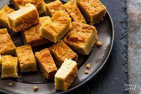 Net als die van de bakker is deze boterkoek binnenin heerlijk smeuïg en aan de buitenkant nog licht knapperig. Geniet van dit perfecte comfortfood!