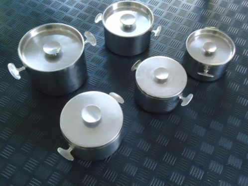 GERO pannen van ontwerper Dick Simonis. Ontwerpjaar 1958. Roestvrij staal Maten(diameter) 21cm,19 cm(2 X) en 16,5 cm(2 x)