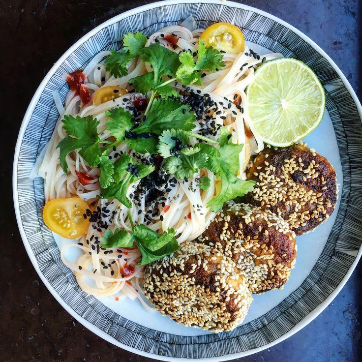 Vegetariska jordnötsbiffar/morotsbiffar med risnudelsallad