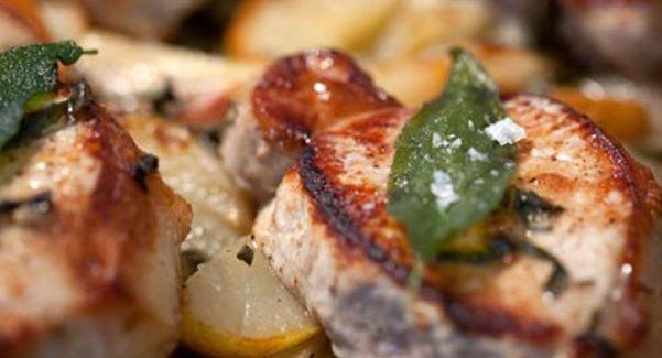 Svinekoteletter med pærer og salvie opskrift - En dejlig hurtig og nem ret, en anderledes udgave af koteletter i fad