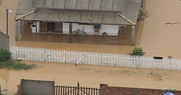 Distrito de Xerém tem ruas alagadas e casas ilhadas após temporal no Rio