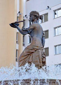 В фонтане установлена скульптура греческой богини здоровья (медицины) Гигеи(Гигиеи).