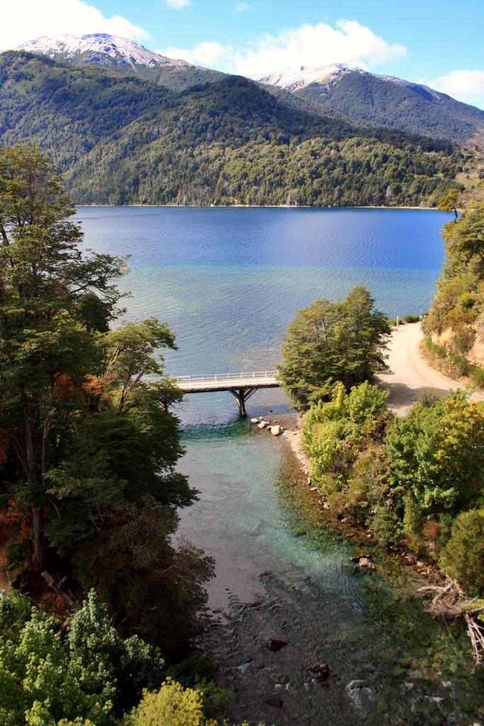 Puente y lago Correntoso, Parque Nacional Lanín, Neuquén .