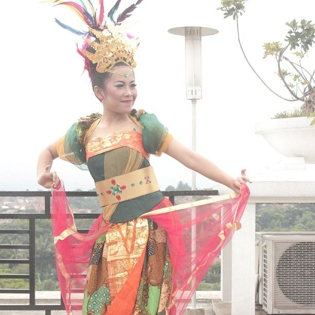 #jaipong #dancer #Indonesia #traditional #dance from #sunda #sundanese #westjava #culture #tradition #gown #princess #accesory #hairdo #makeup