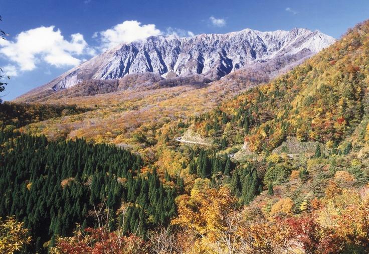 鍵掛峠は雄大な大山南壁と大山のシンボル。