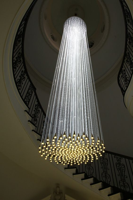 Lustres détaillées exquis qui ajoutent le grand glamour à votre décor moderne. Le Lustre SWARM des cristaux Swarovski noires par Zaha Hadid - Musée V&A, Londres