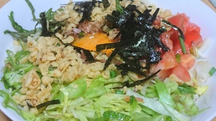 「サラダうどん」 オクラ・しそ・トマトは自家製です。 ここにマヨネーズをかけていただきました。 茹でうどん二束を完食です‼