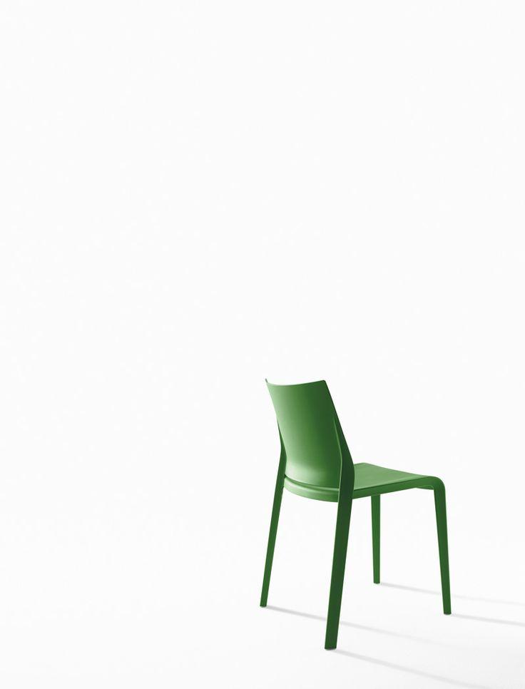 """Sedia RIGA. Confortevole, leggera, impilabile, formalmente raffinata in ogni dettaglio. Esterno o interno, riga è pratica e robusta senza rinunciare ad una eleganza discreta. Sedia impilabile in polipropilene caricato con fibra di vetro, stampata con tecnologia air moulding, adatta anche per uso esterno. Disponibile nei colori: bianco, grigio chiaro, """"curry"""", verde """"Gauguin"""", tortora, nero, rosso, sabbia, antracite, verde prato."""