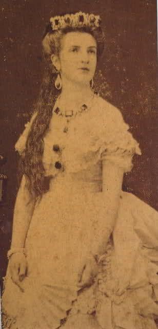 Margherita indossa una tiara di smeraldi che sembra fare il paio con la collana di Carlo Alberto che abbiamo visto poc'anzi e che la Regina indossava molto spesso.