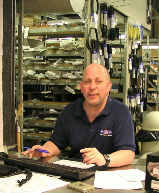 Au travail, le commis aux pièces ne s'ennuie pas! Il ou elle discute avec les clients, répond au téléphone et facilite la vente de pièces d'...