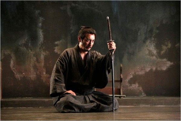 Hara-kiri: Death of a Samurai (Ichimei), Japón 2011  La magia del cine nos lleva a descubrir las mayores sorpresas en los lugares más inesperados. Partiendo de un género especialmente codificado, el chambara o cine de samuráis, y al tratarse de un remake de la película de Masaki Kobayashi en 1962 del mismo título, el excelente Takashi Miike tenía pocas posibilidades de sorprender al público. Sin embargo, la magia ha vuelto a producirse.