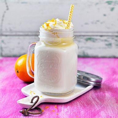 Prova en vintervit och värmande chokladdryck baserad på mjölk och vit choklad. Ta udden av den rätt intensiva sötman med finrivet apelsinskal. Toppa med en klick luftigt och lättvispad grädde och njut av den varma vita chokladens ljuvliga smak.