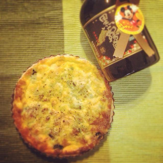 甘い物苦手でお酒大好きな方へのプレゼント(^ー^)ノ 毎年、塩系スイーツで悩みます^_^; キッシュに焼酎…。 合うかわからないけど喜んでくれるといいなぁ〜(>_<) - 14件のもぐもぐ - ほうれん草ベーコンのキッシュに焼酎‼︎ by cocoena