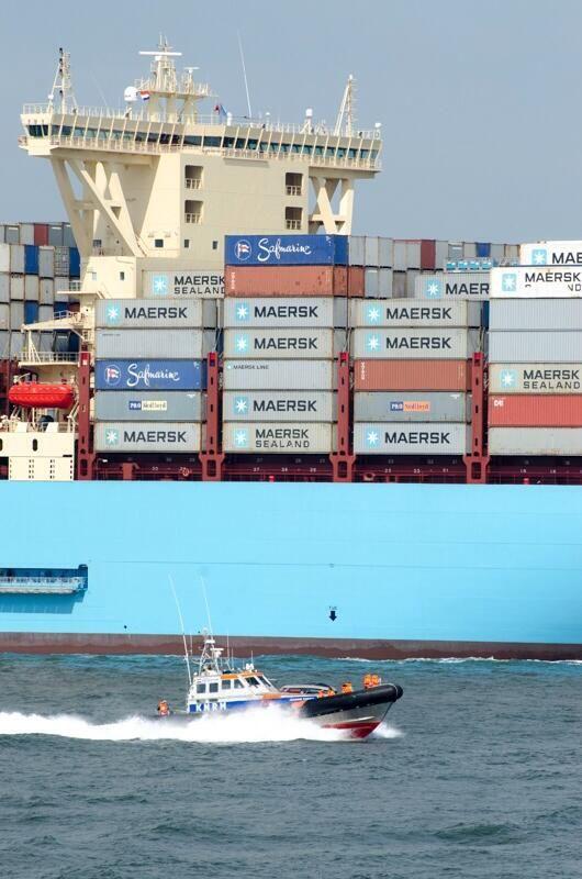 KNRM @knrm Reddingboot KNRM Hoek van Holland gezien voor het grootste containerschip ter wereld. Foto van @MaximusAemilius