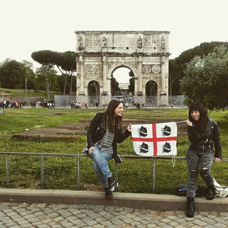 La bandiera sarda sventola a Roma, eccoci di fronte all'Arco di Costantino