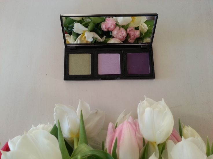 Bobbi Brown palette & lovely tulips <3 http://www.artliving.ro/bobbi-brown/